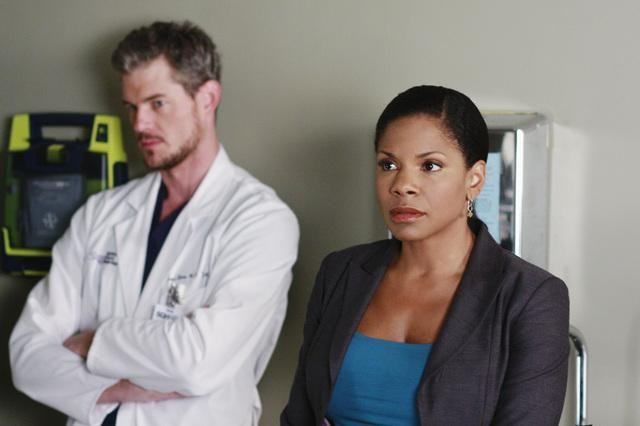 Audra McDonald ed Eric Dane in una scena dell'episodio Before and After di Grey's Anatomy