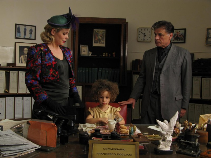 Barbora Bobulova, Teresa Dossena e Michele Placido in una scena del film Il sangue dei vinti