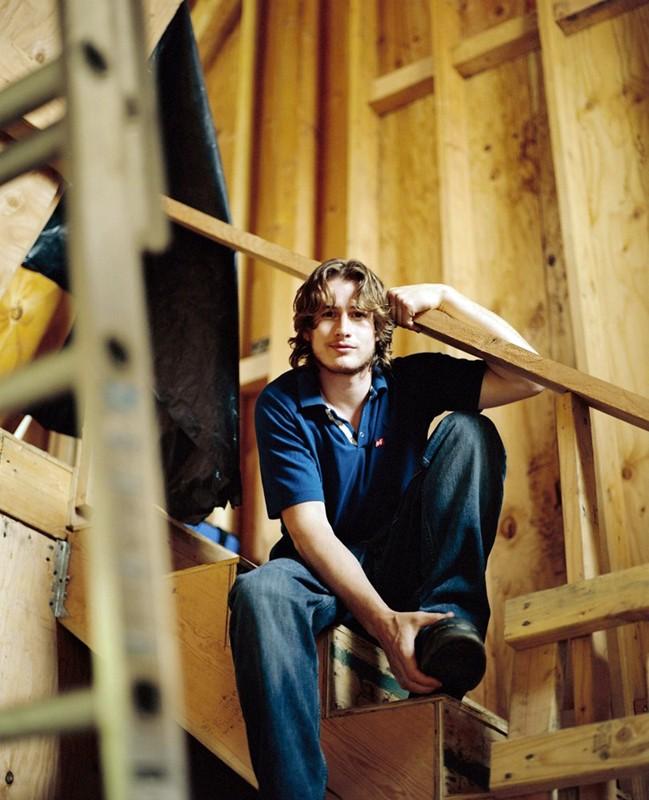 Foto promo di Brendan Fehr su una scala in legno