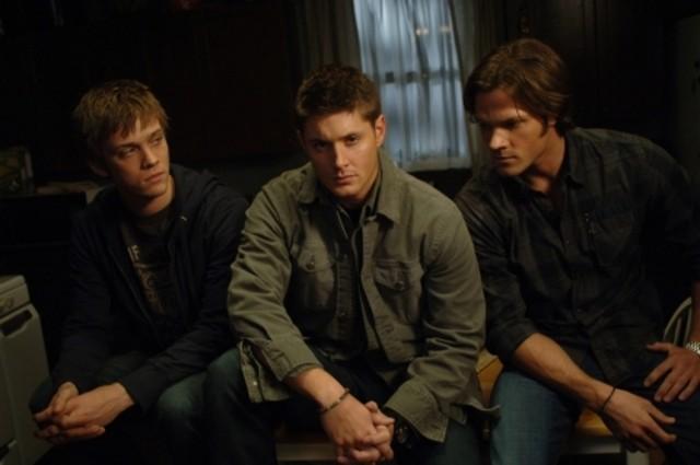Jake Abel, Jared Padalecki e Jensen Ackles in una scena dell'episodio Jump the Shark di Supernatural
