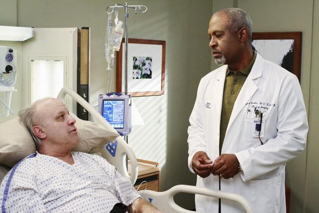 James Pickens Jr. e Louis Giambalvo nell'episodio An Honest Mistake di Grey's Anatomy