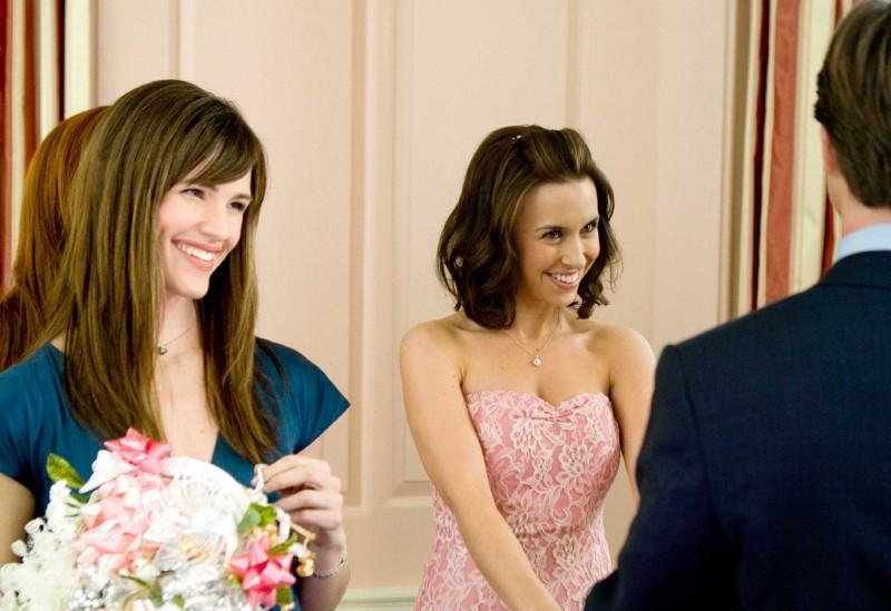 Jennifer Garner e Lacey Chabert in una scena del film La rivolta delle ex