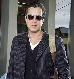 Jorge Enrique Abello prima di sottoporsi al trucco che lo trasforma nella protagonista di En los tacones de Eva