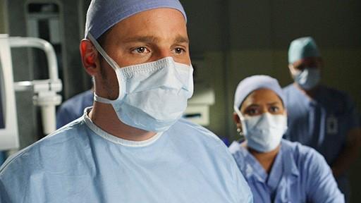 Justin Chambers e Chandra Wilson in una scena dell'episodio Stand by Me di Grey's Anatomy
