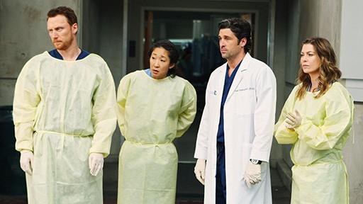 Kevin McKidd, Sandra Oh, Ellen Pompeo e Patrick Dempsey in una scena dell'episodio Vorrei che tu fossi qui  di Grey's Anatomy