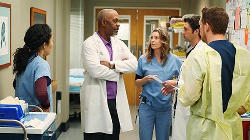 Kevin McKidd, Sandra Oh, Ellen Pompeo, Patrick Dempsey e James Pickens Jr. in una scena dell'episodio Vorrei che tu fossi qui  di Grey's Anatomy