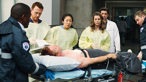 Kevin McKidd, Sandra Oh, Ellen Pompeo, Patrick Dempsey ed Eric Stoltz in una scena dell'episodio Vorrei che tu fossi qui  di Grey's Anatomy