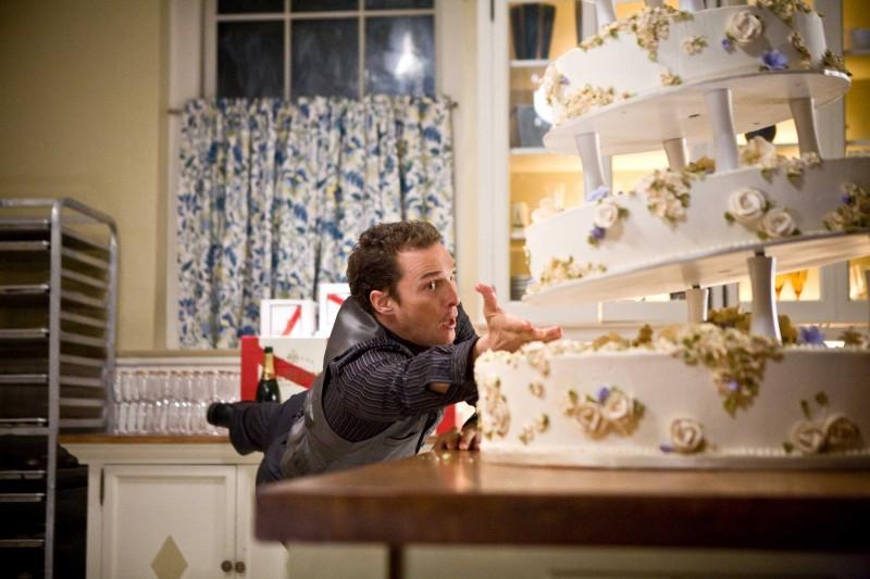 Matthew McConaughey tenta il gesto atletico per salvare una torta in una scena del film La rivolta delle ex