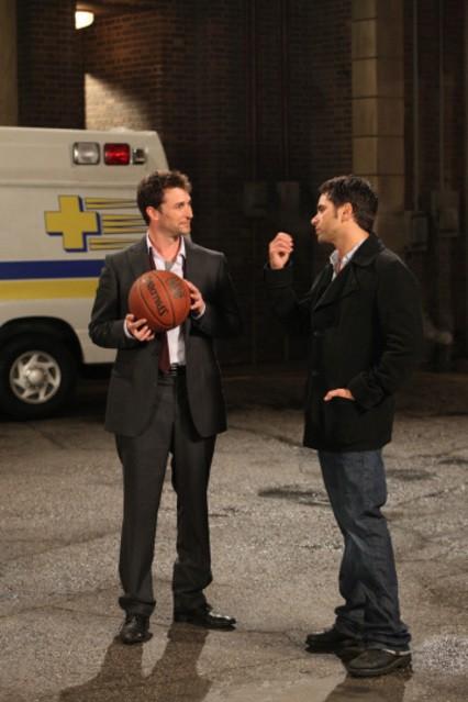 Noah Wyle e John Stamos in una scena dell'episodio And in the End... di E.R. - Medici in prima linea