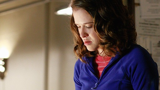 Sarah Drew in una scena dell'episodio Nanny McDead di Castle