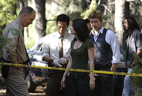 Simon Baker e Robin Tunney in una scena dell'episodio Red Brick and Ivy di The Mentalist