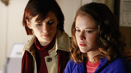 Stana Katic e Sarah Drew in una scena dell'episodio Nanny McDead di Castle