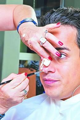 Sul set di En los tacones de Eva: Jorge Enrique Abello durante il make up