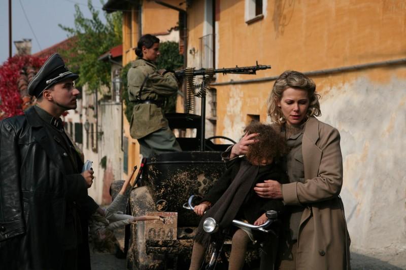 Teresa Dossena e Barbora Bobulova in una scena del film Il sangue dei vinti
