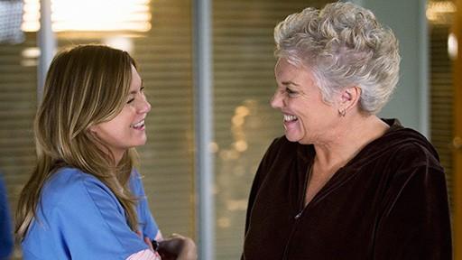 Tyne Daly ed Ellen Pompeo in una scena dell'episodio Compassione per il diavolo di Grey's Anatomy