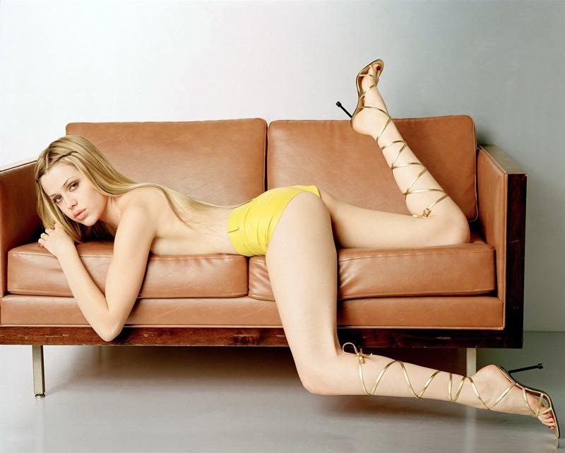Una sexy Majandra Delfino su divano
