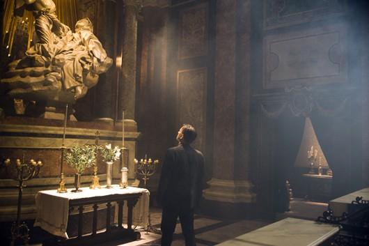 Angeli e Demoni: Robert Langdon (Tom Hanks) mentre osserva l'estasi di Santa Teresa di Bernini