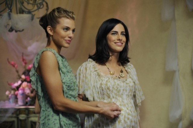AnnaLynne McCord e Jessica Lowndes in una scena dell'episodio The Party's Over di 90210