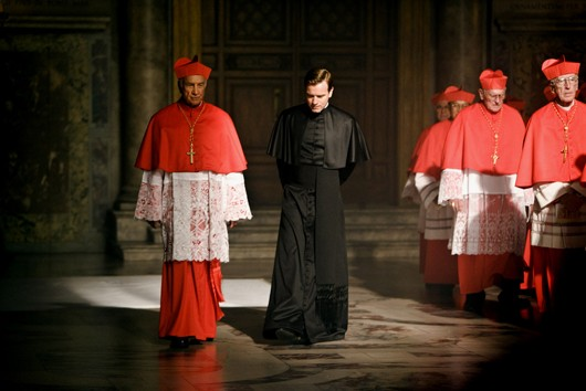 Ewan McGregor con i cardinali in Angeli e Demoni