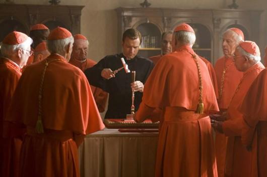 Il camerlengo Carlo Ventresca (Ewan McGregor) insieme al gruppo di cardinali in una scena di Angeli e Demoni