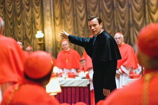 Il camerlengo Carlo Ventresca (Ewan McGregor) parla ai cardinali in Angeli e Demoni