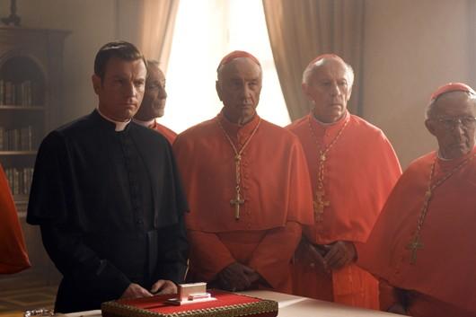 Il camerlengo Carlo Ventresca (interpretato da Ewan McGregor) con i cardinali nel film Angeli e Demoni