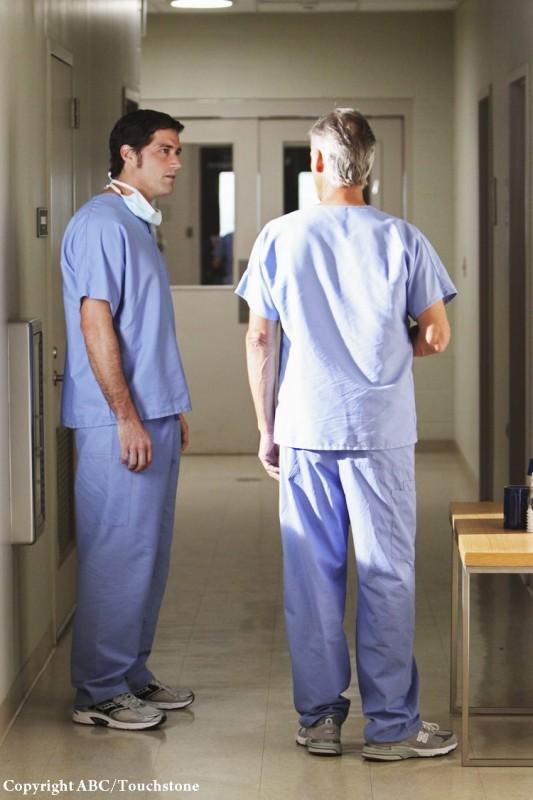 Matthew Fox e John Terry in una scena dell'episodio The Incident, finale della stagione 5 di Lost