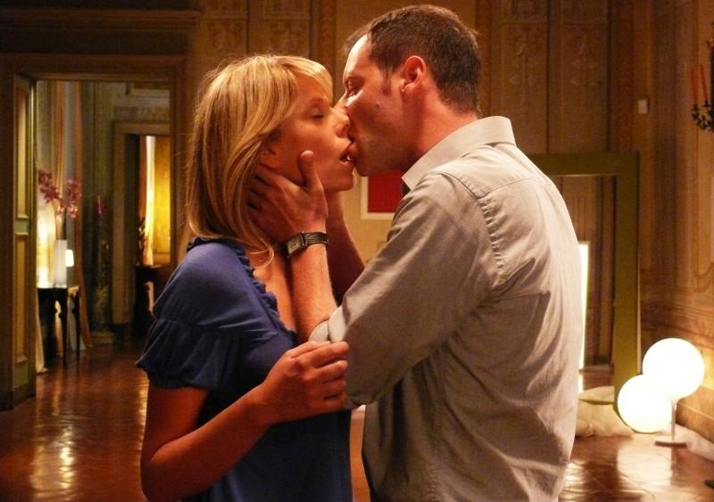 Pietro Sermonti ed Alessia Marcuzzi in una scena d'amore del film TV Un amore di strega