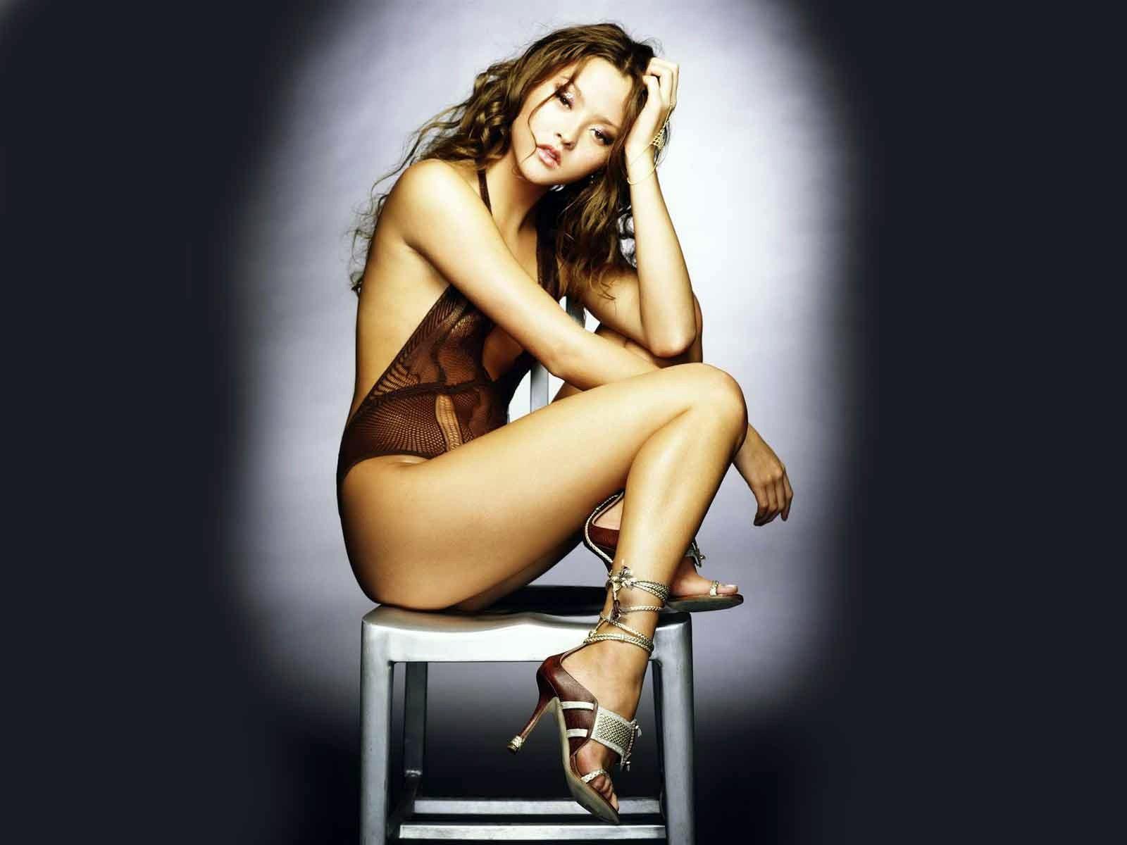 Wallpaper: Una sexy Devon Aoki su sgabello