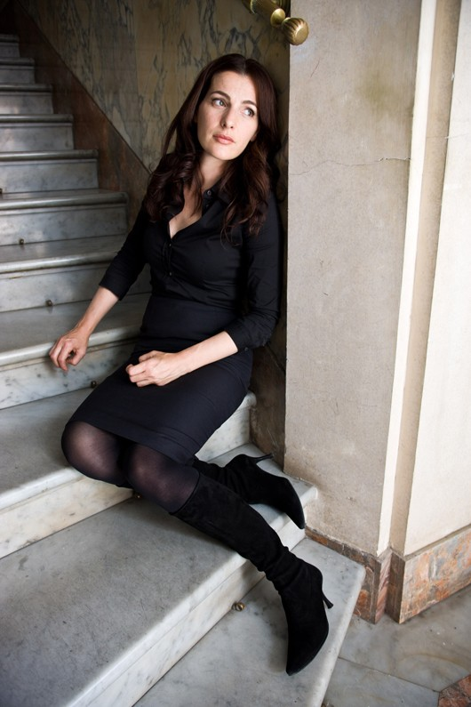 Vittoria Vetra (Ayelet Zurer) sulla scalinata all\'interno del Vaticano nel film Angeli e Demoni