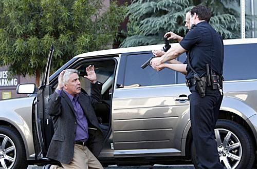 Adam Arkin nel roulo di Ted Early in una scena d'azione dell'episodio 'Canyon Flowers' della serie tv Life