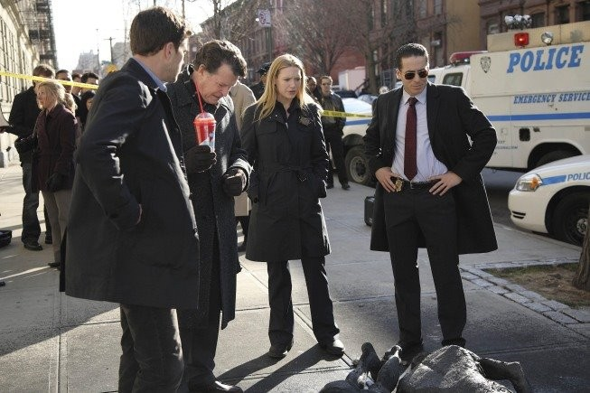 Anna Torv, John Noble, Joshua Jackson e Kirk Acevedo in una scena dell'episodio The Road Not Taken di Fringe