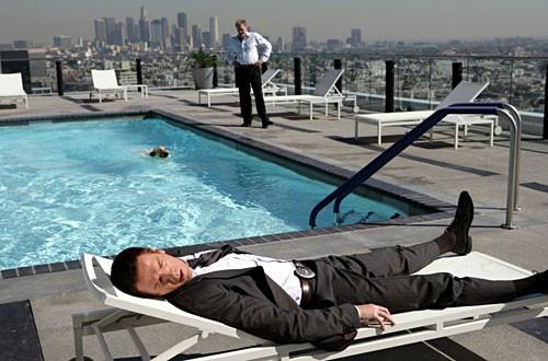 Damian Lewis comodamente sdraiato in una scena dell'episodio 'Evil... And His brother Ziggy' della serie tv Life