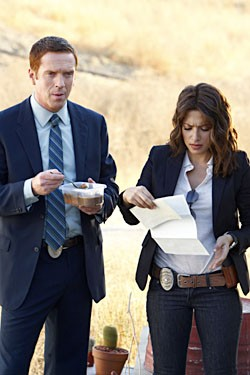 Damian Lewis con Sarah Shahi in una scena dell'episodio 'Evil... And His brother Ziggy' della serie tv Life
