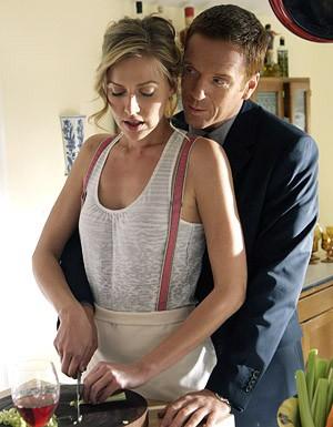 Damian Lewis e Allison McAtee nel ruolo di Claudia, durante una scena dell'episodio 'Hit me Baby' della serie tv Life