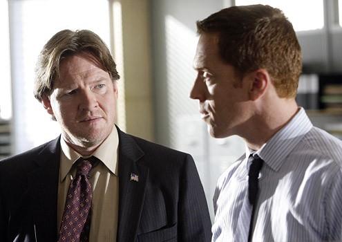 Damian Lewis e Donal Logue nell'episodio '3 Women' della serie tv Life