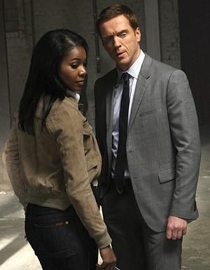 Damian Lewis e Gabrielle Union nell'episodio '3 Women' della serie tv Life