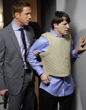 Damian Lewis e Tim Guinee nel ruolo di Gus Wilvern nell'episodio 'Shelf Life' della serie tv Life