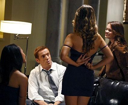 Damian Lewis in dolce compagnia  nell'episodio 'Badge Bunny' della serie tv Life
