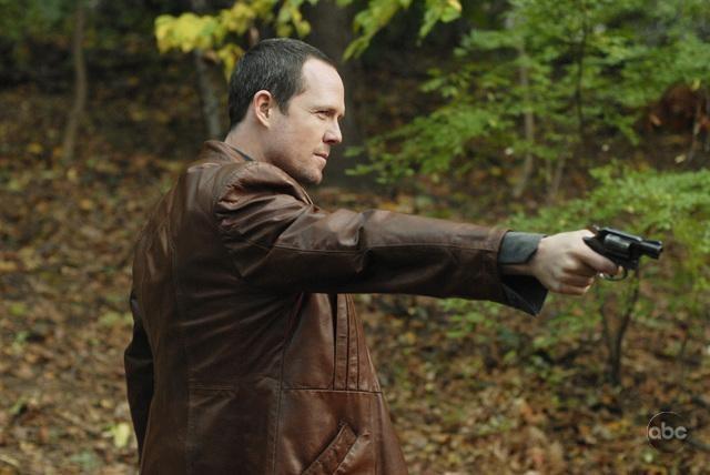 Dean Winters in una scena drammatica nell'episodio 'The Man Who Sold The World' della serie tv Life on Mars