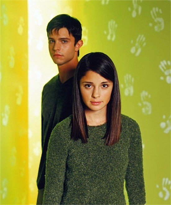 Foto di Shiri Appleby e Jason Behr nella prima stagione di Roswell