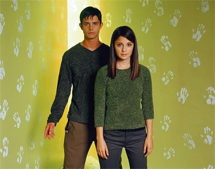Foto promo di Shiri Appleby e Jason Behr nella prima stagione di Roswell