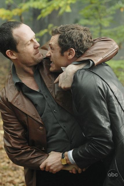 Jason O'Mara e Dean Winters avvinghiati in un corpo a corpo nell'episodio 'The Man Who Sold The World' della serie tv Life on Mars