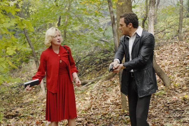 Jason O'Mara e Gretchen Mol nell'episodio 'The Man Who Sold The World' della serie tv Life on Mars