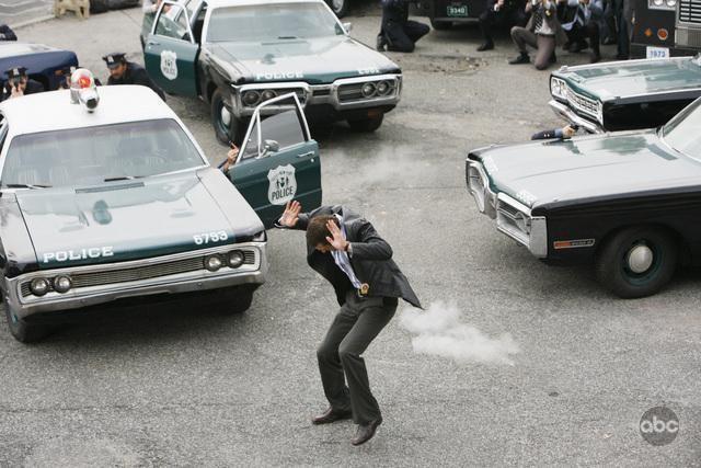 Jason O'Mara sotto il fuoco del rapitore nell'episodio 'Tuesday's Dead' della serie tv Life on Mars