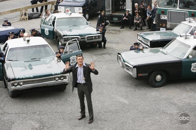 Jason O'Mara tenta di negoziare con un criminale che ha preso degli ostaggi nel'episodio 'Tuesday's Dead' della serie tv Life on Mars