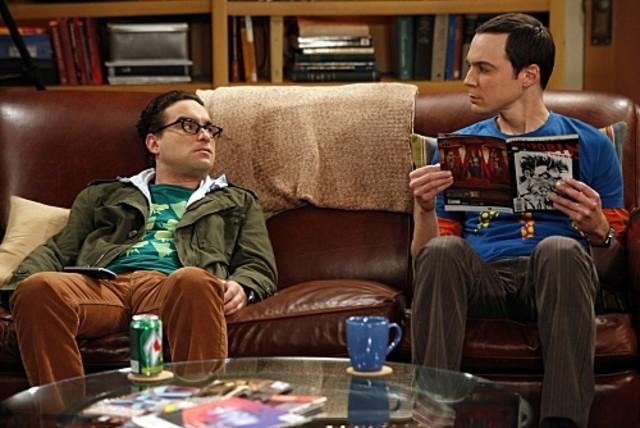 Jim Parsons e Johnny Galecki in una scena dell'episodio The Hofstadter Isotope di The Big Bang Theory
