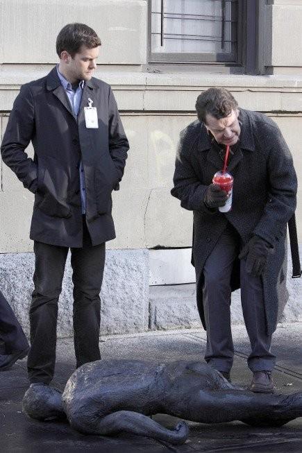 John Noble e Joshua Jackson in una scena dell'episodio The Road Not Taken di Fringe