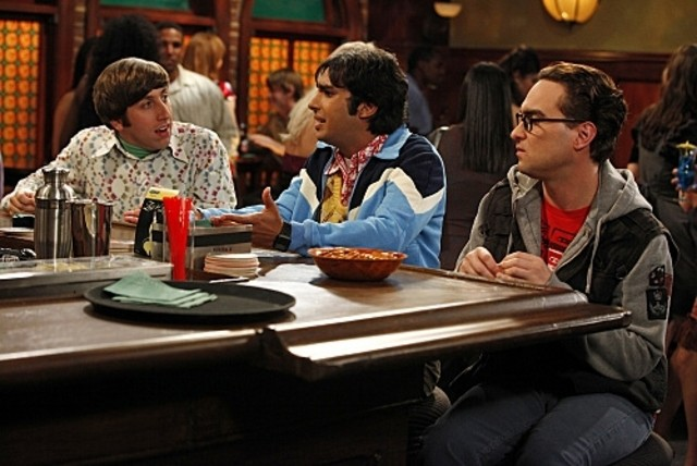 Johnny Galecki, Kunal Nayyar e Simon Helberg in una scena dell'episodio The Hofstadter Isotope di The Big Bang Theory