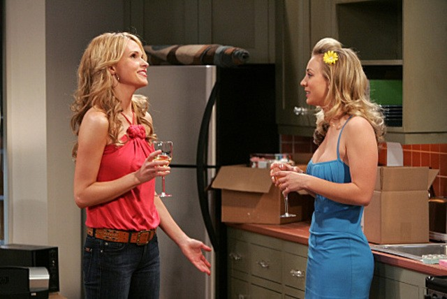 Kaley Cuoco e Valerie Azlynn in una scena dell'episodio The Dead Hooker Juxtaposition di The Big Bang Theory